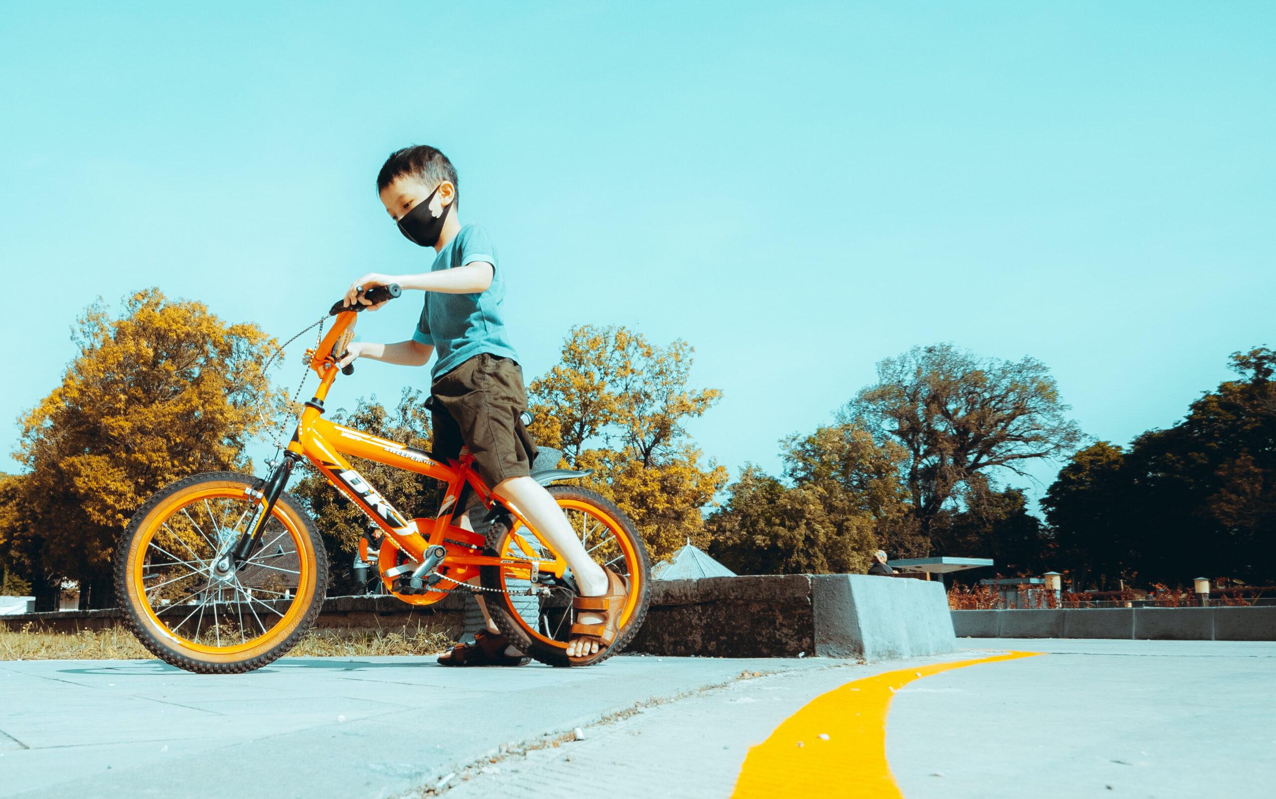 Gyerek biciklizik