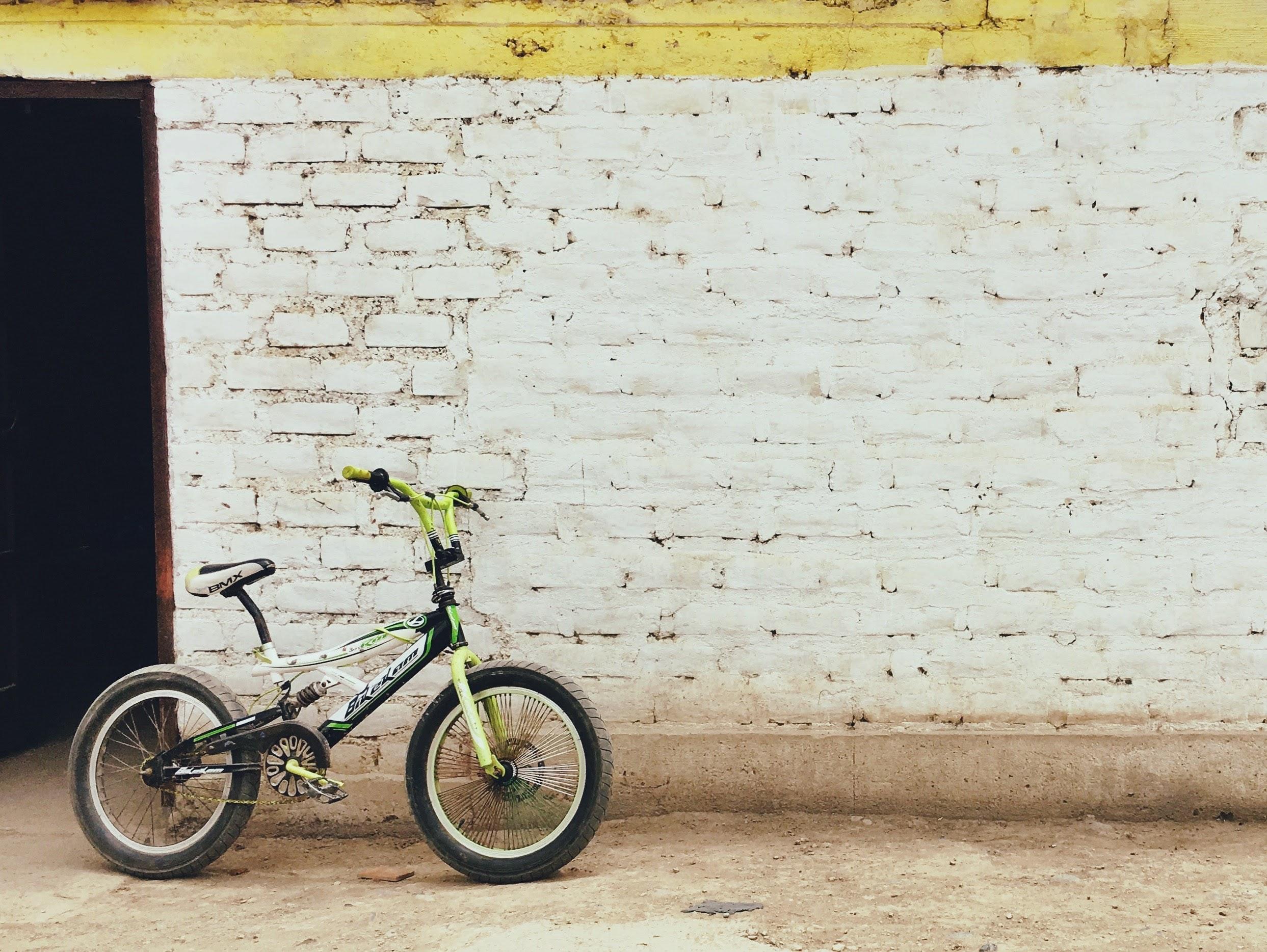 gyerekbicikli egy fal mellett