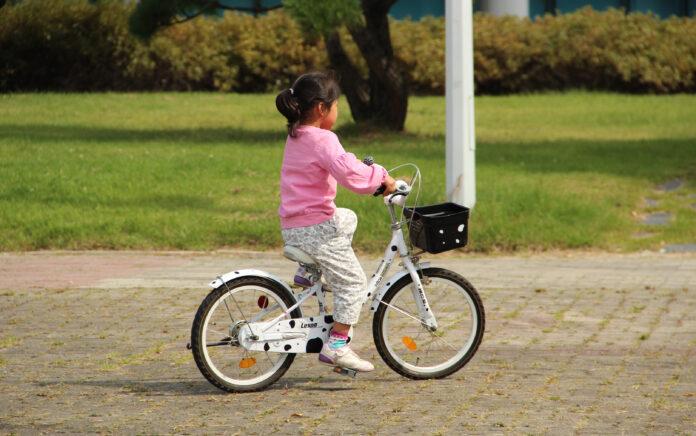 Bicikliző gyermek